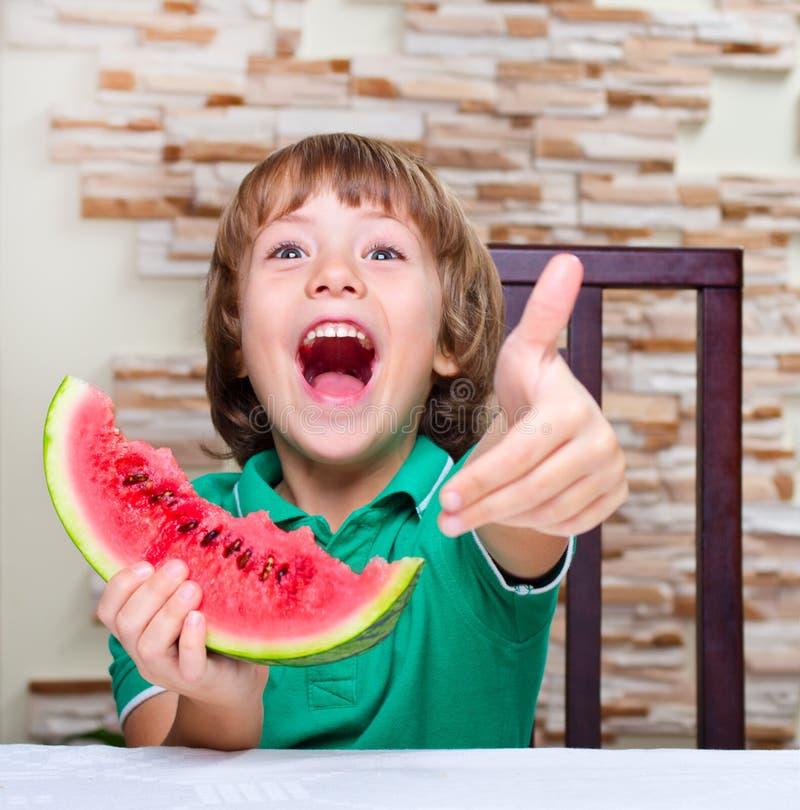 Niño pequeño que come una sandía imagen de archivo libre de regalías