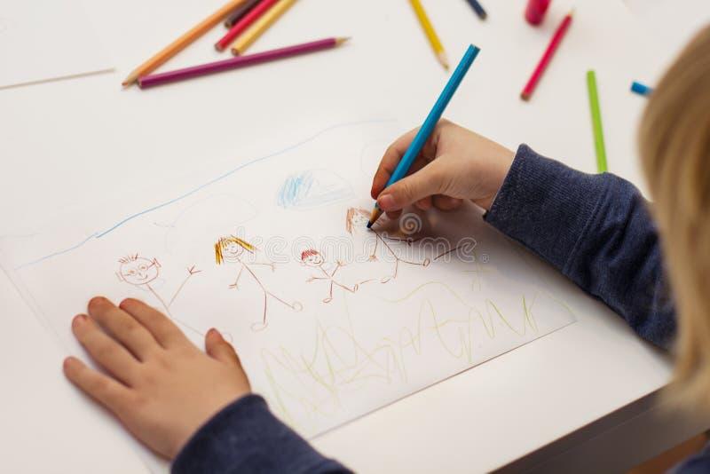 Niño pequeño que dibuja a la familia feliz imágenes de archivo libres de regalías