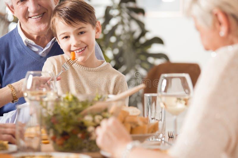 Niño pequeño que es alimentado imagen de archivo libre de regalías