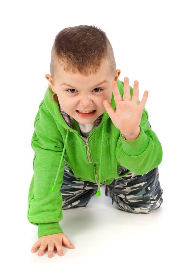 Niño pequeño que hace actitud enojada del tigre imagenes de archivo
