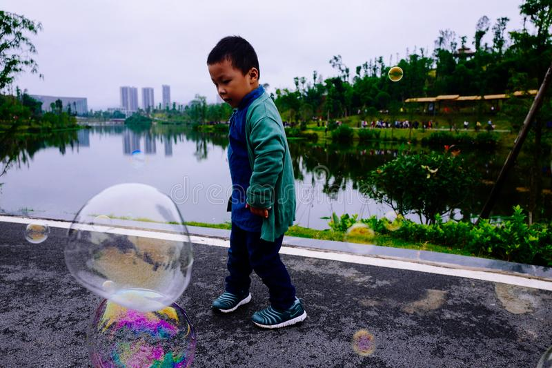 Niño pequeño que hace burbujas de jabón imágenes de archivo libres de regalías