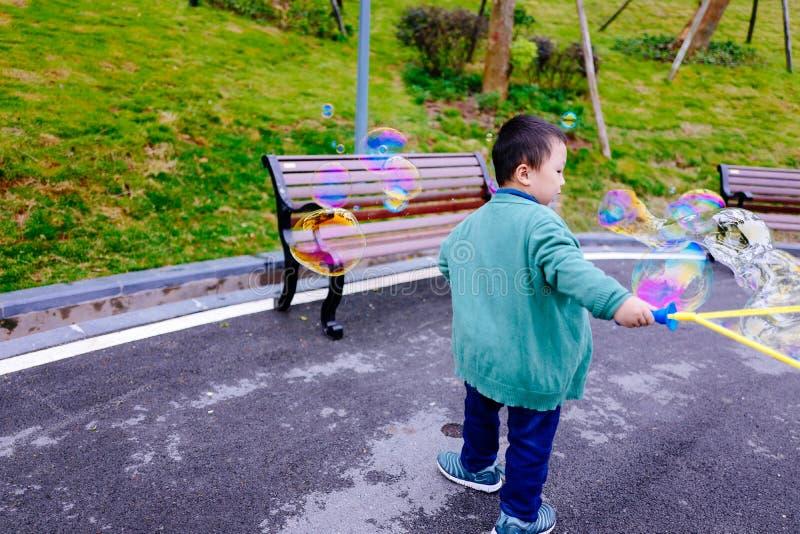 Niño pequeño que hace burbujas de jabón fotografía de archivo libre de regalías