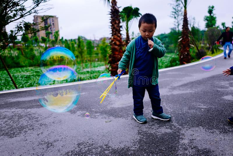 Niño pequeño que hace burbujas de jabón fotos de archivo libres de regalías