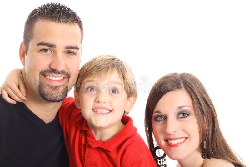 Niño pequeño que hace la cara divertida para el retrato de la familia imagenes de archivo