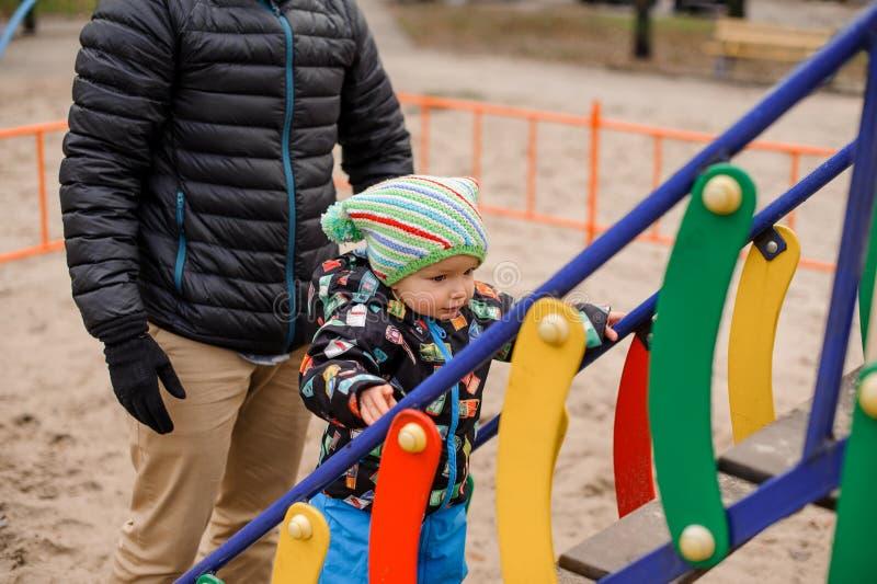 Niño pequeño que juega con el padre en el patio fotos de archivo libres de regalías