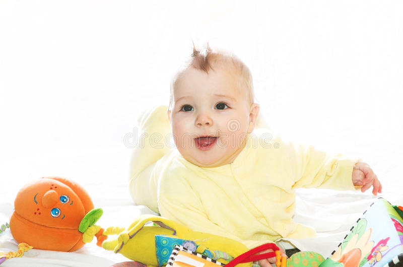 Niño pequeño que juega con los juguetes imagenes de archivo