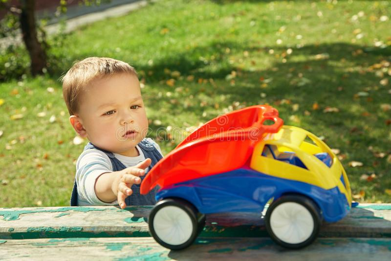 Niño pequeño que juega con un camión del juguete fotografía de archivo libre de regalías