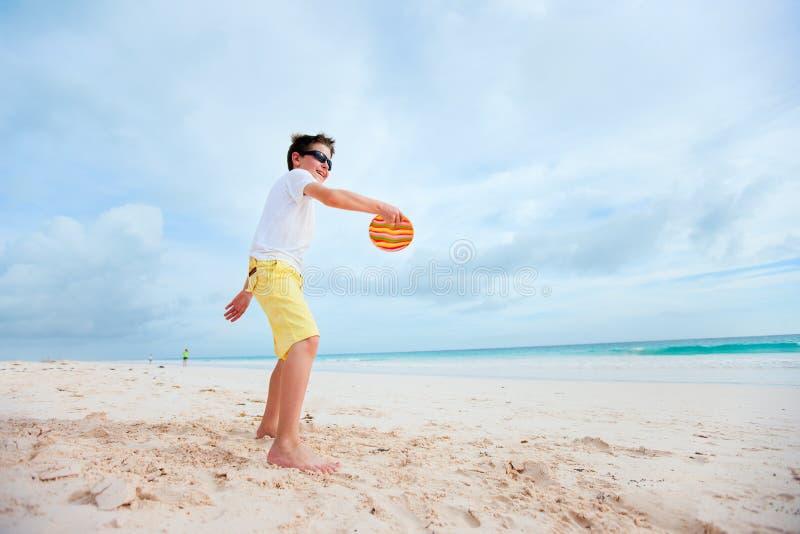 Niño pequeño que juega el disco volador fotografía de archivo