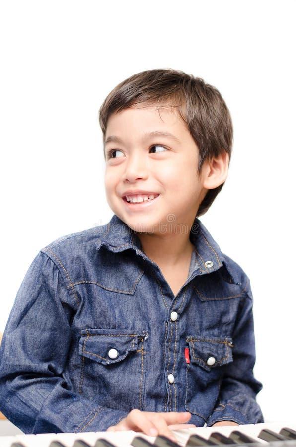 Niño pequeño que juega el teclado foto de archivo libre de regalías