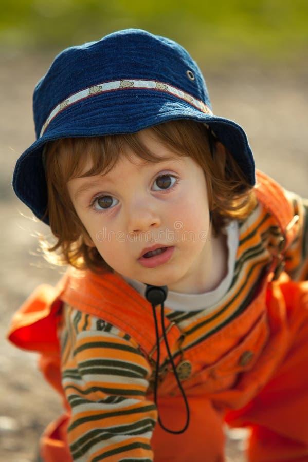 Niño pequeño que juega en la puesta del sol foto de archivo libre de regalías