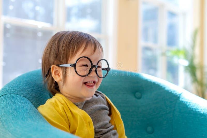 Niño pequeño que juega en su casa imagen de archivo