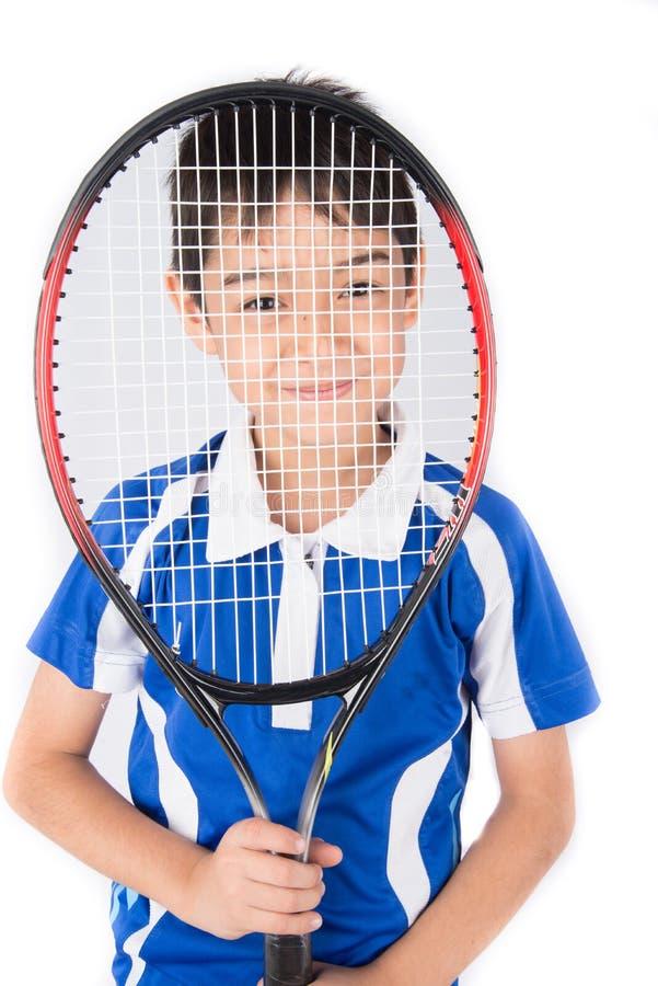 Niño pequeño que juega la estafa de tenis y la pelota de tenis a disposición imágenes de archivo libres de regalías