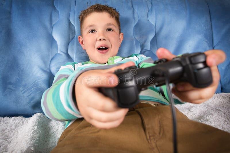 Niño pequeño que juega a los juegos video foto de archivo libre de regalías