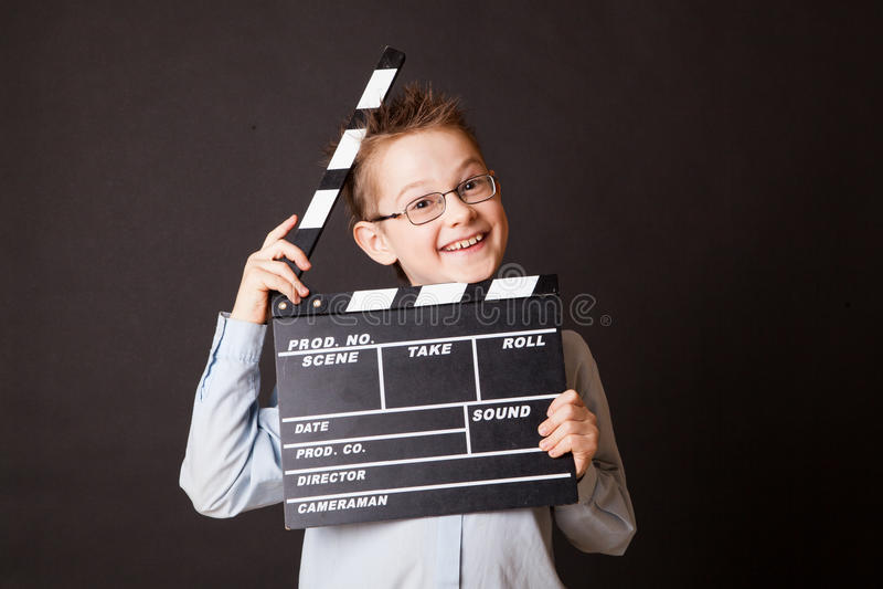 Niño pequeño que lleva a cabo el tablero de chapaleta en manos. imagen de archivo
