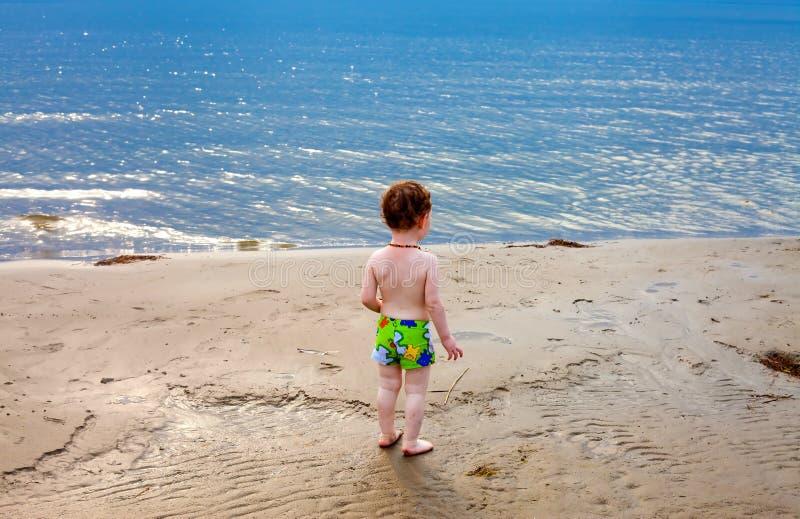 Niño pequeño que mira fijamente el mar fotos de archivo libres de regalías