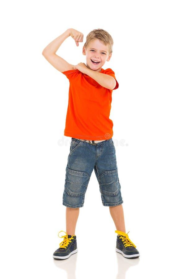 Niño pequeño que muestra apagado fotos de archivo libres de regalías