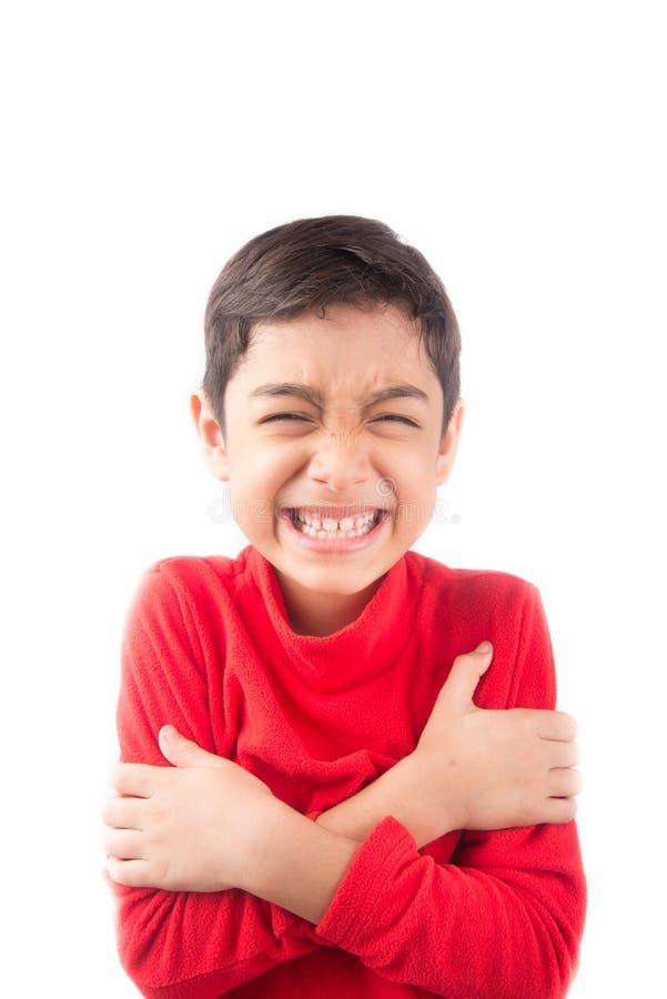 Niño pequeño que se abraza con la sonrisa imagen de archivo libre de regalías