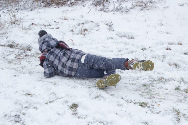 Niño pequeño que se divierte en la nieve imágenes de archivo libres de regalías