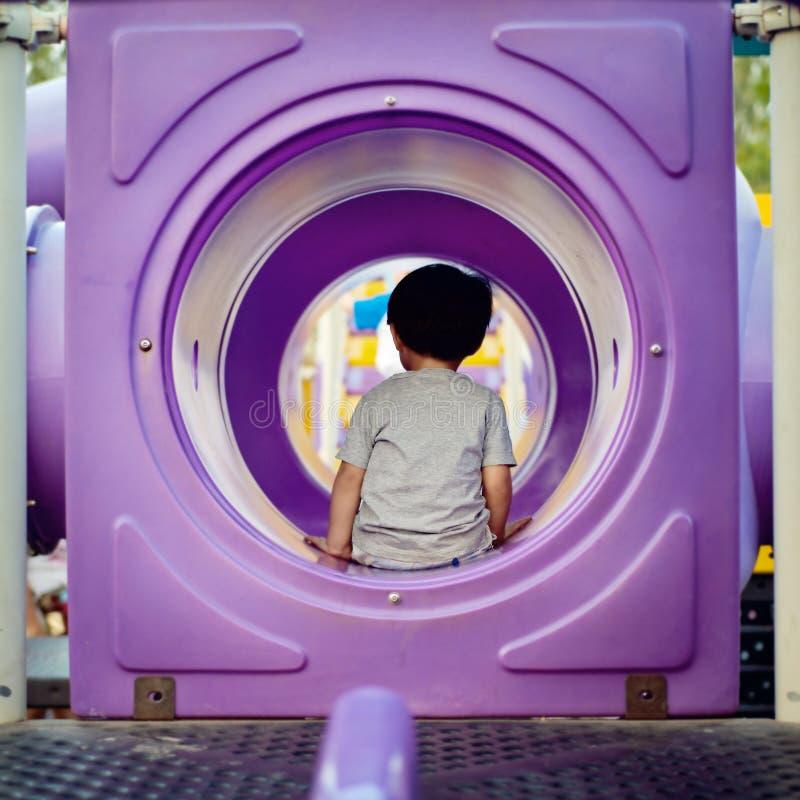 Niño pequeño que se sienta en el túnel fotografía de archivo libre de regalías
