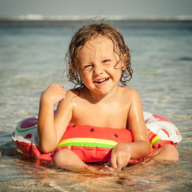 Niño pequeño que se sienta en la playa fotografía de archivo libre de regalías