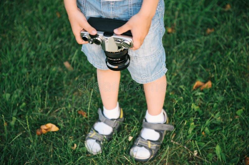 Niño pequeño que sostiene una cámara de la película imagen de archivo libre de regalías