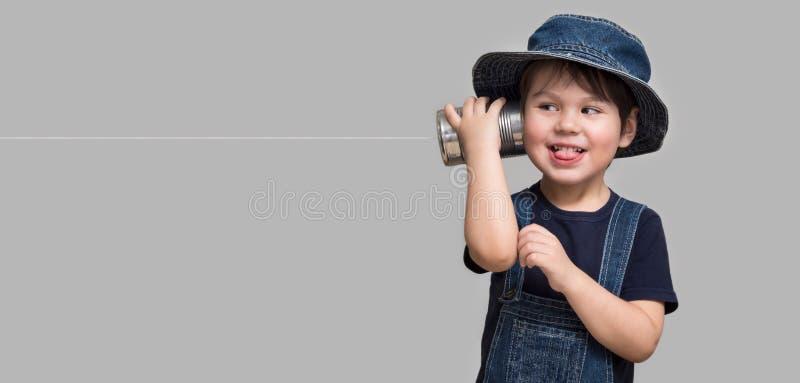 Niño pequeño que sostiene una poder con un cordón foto de archivo libre de regalías