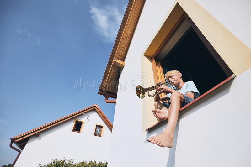 Niño pequeño que toca la trompeta fotos de archivo
