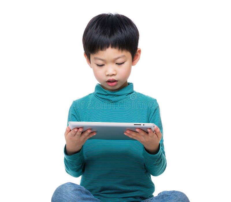 Niño pequeño que usa la tableta foto de archivo libre de regalías