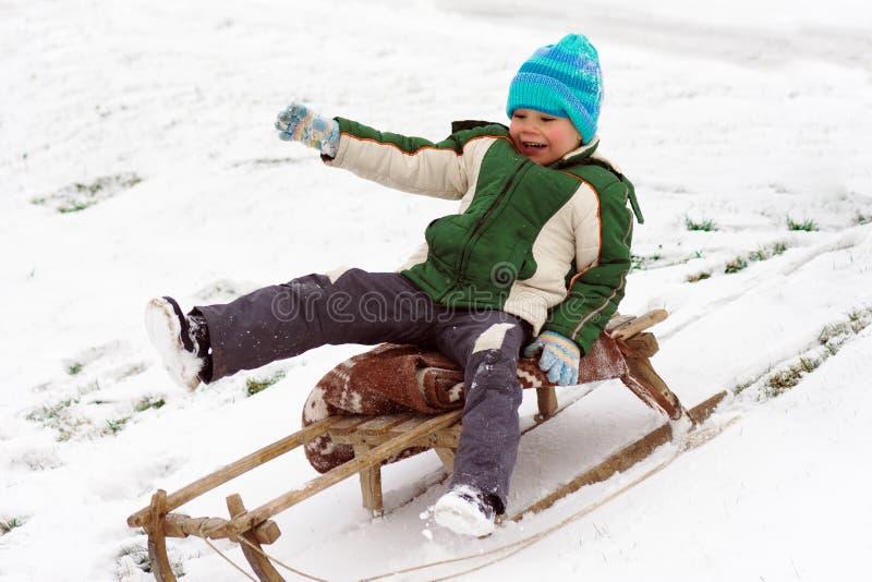 Niño pequeño sledding fotos de archivo libres de regalías