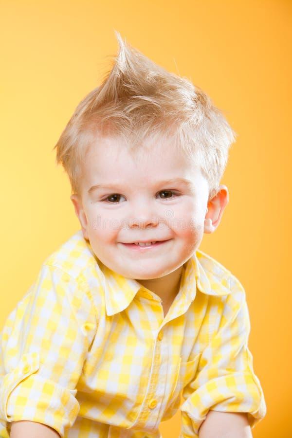 Niño pequeño sonriente feliz divertido en amarillo imágenes de archivo libres de regalías
