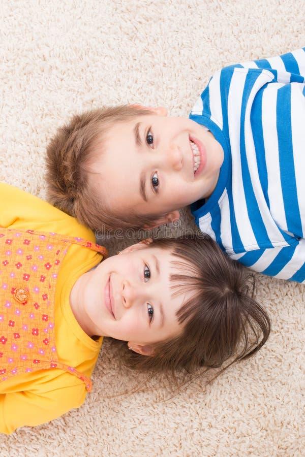 Niño pequeño y muchacha foto de archivo