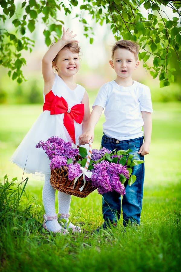 Niño pequeño y muchacha imagen de archivo