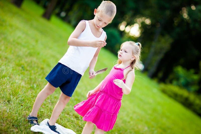 Niño pequeño y muchacha con la mariquita en parque imagen de archivo