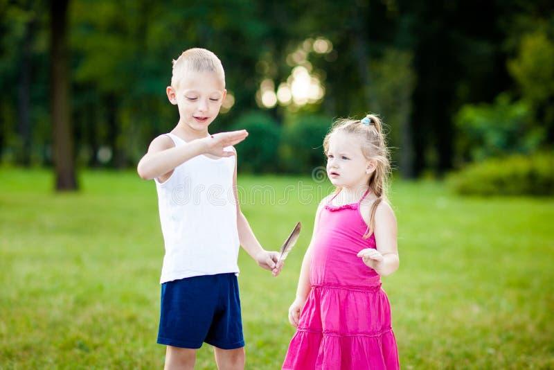 Niño pequeño y muchacha con la mariquita en parque foto de archivo