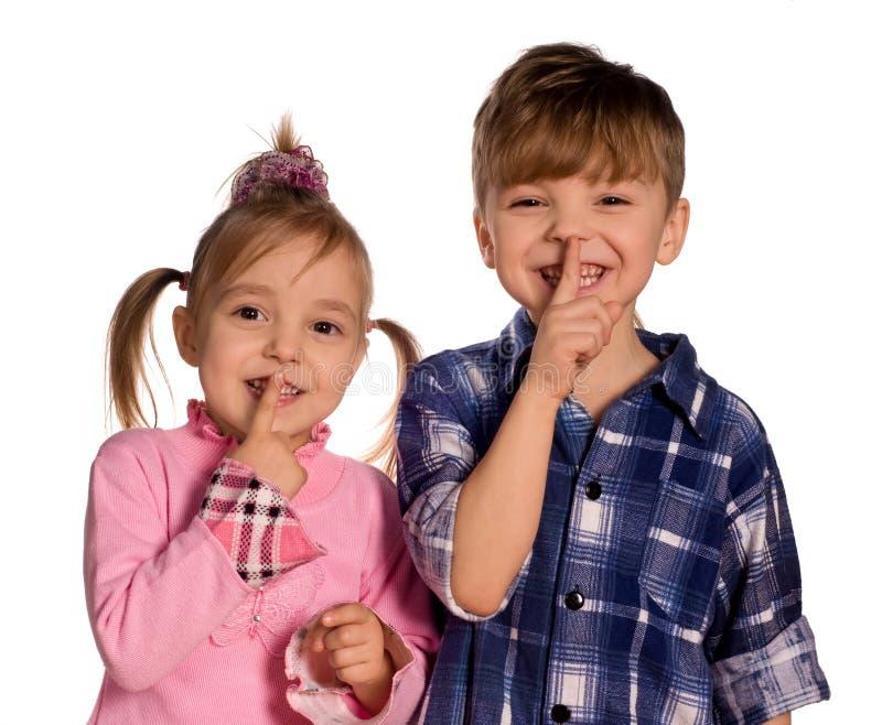 Niño pequeño y muchacha divertidos imagen de archivo