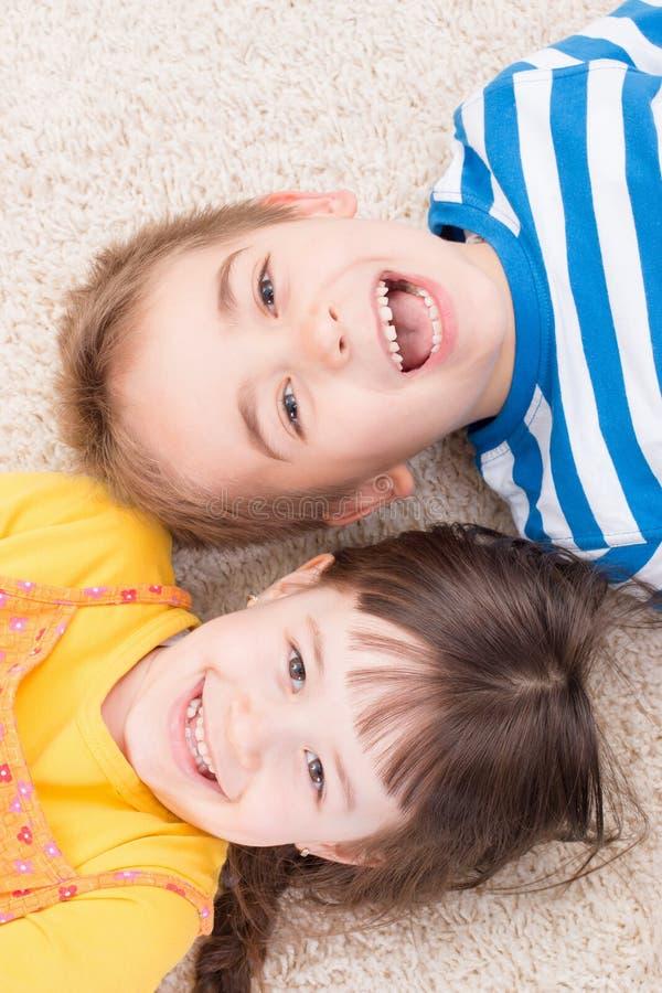 Niño pequeño y muchacha felices foto de archivo