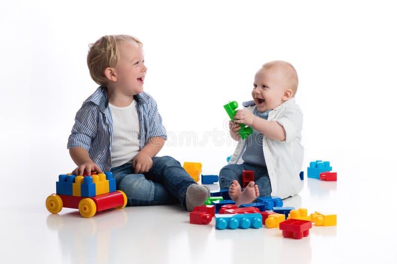 Niño pequeño y su bebé Brother Playing Together fotos de archivo