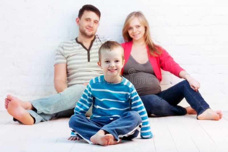 Niño pequeño y sus padres imagen de archivo
