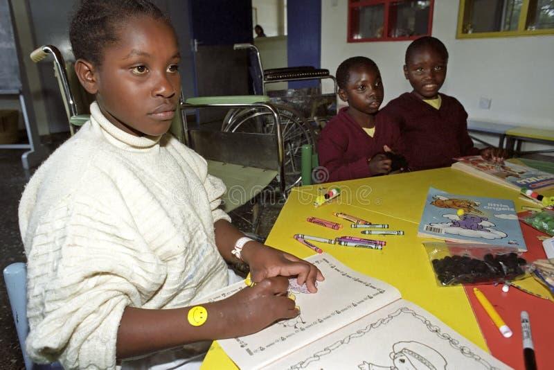 Niño perjudicado retrato del Kenyan en la rehabilitación foto de archivo