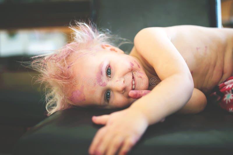 Niño pintado lindo y travieso que sonríe en la cámara fotografía de archivo libre de regalías
