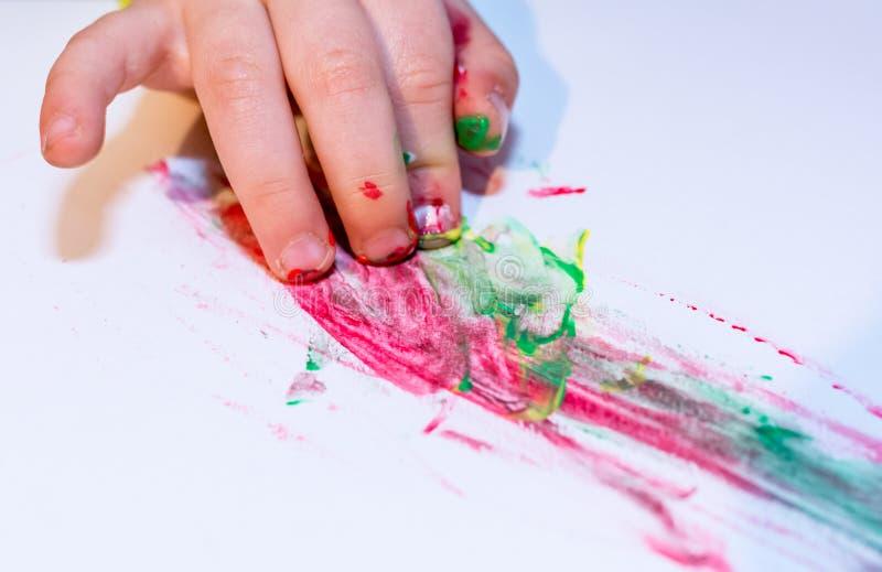 Niño pintado a mano en paits coloridos Concepto de la educación, de la escuela, de la creatividad y de la pintura Foco suave un b fotografía de archivo libre de regalías