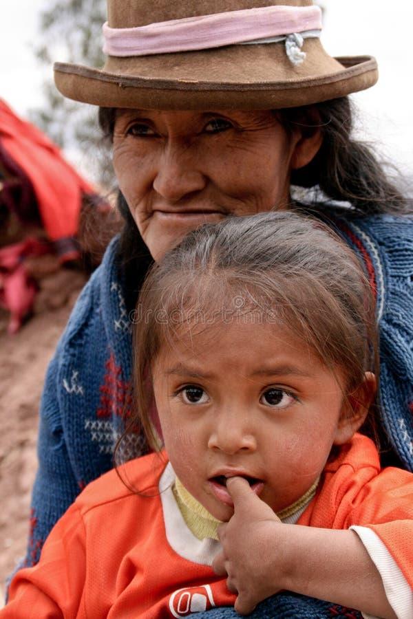 Niño pobre con la madre fotografía de archivo