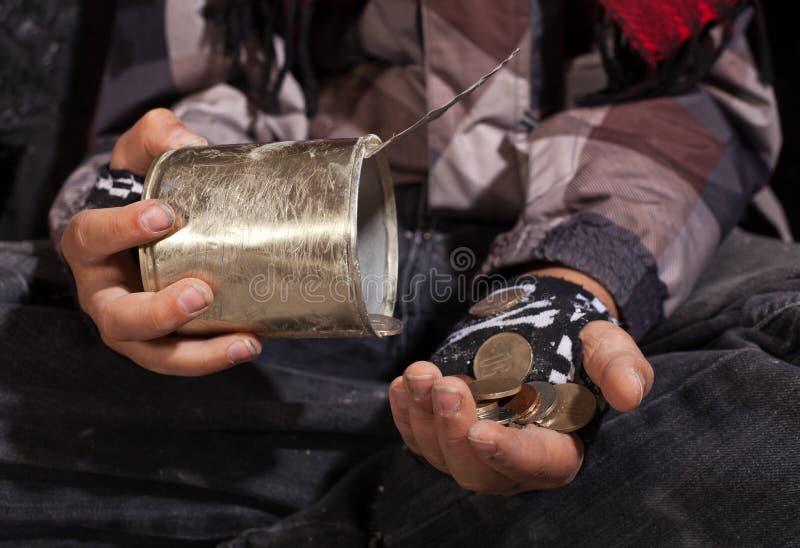 Niño pobre del mendigo que cuenta las monedas - primer en las manos fotos de archivo libres de regalías
