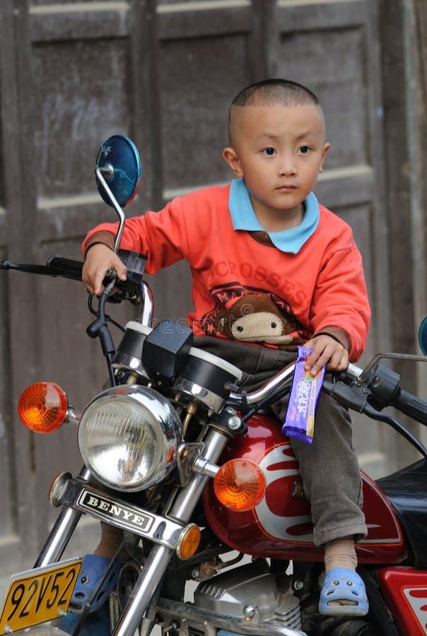 Niño pobre en el pueblo viejo en China imágenes de archivo libres de regalías