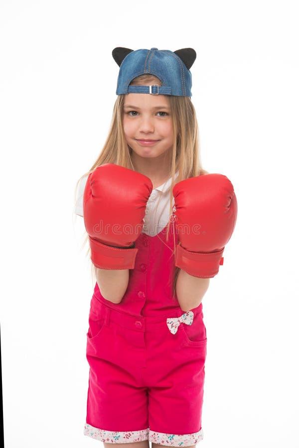 Niño precioso que lleva guantes de boxeo rojos enormes Muchacha en los guardapolvos rosados aislados en el fondo blanco Niño que  foto de archivo libre de regalías