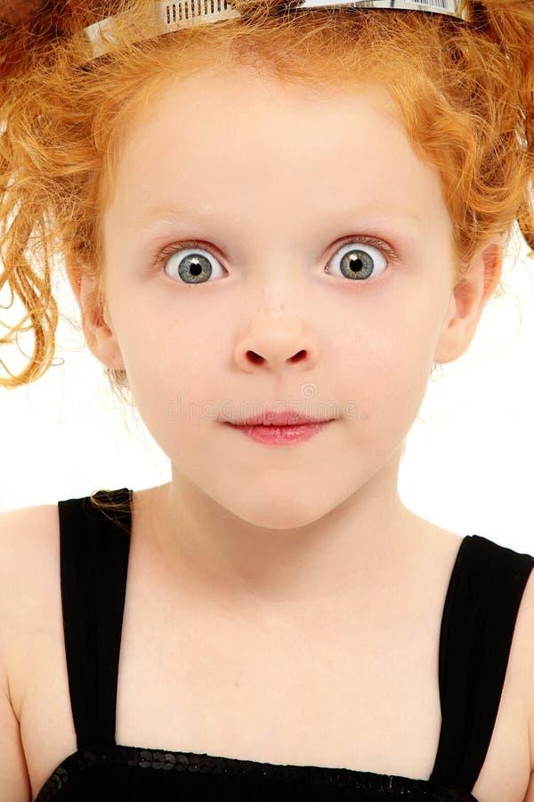 Niño preescolar con la expresión emocionada con los ojos abiertos imagenes de archivo