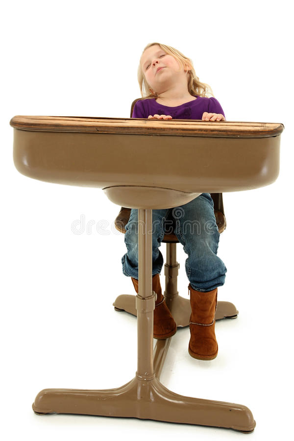 Niño preescolar durmiente de la muchacha en escritorio de la escuela imágenes de archivo libres de regalías