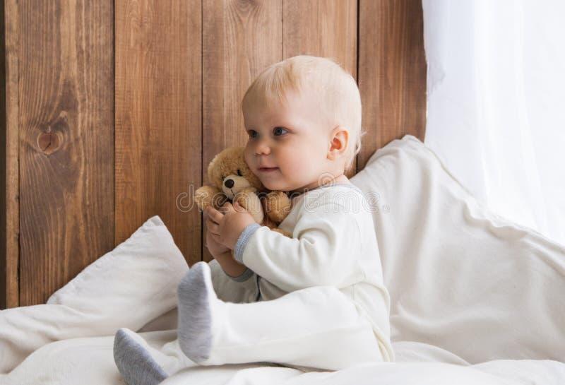 Niño que abraza el oso del juguete imagen de archivo libre de regalías
