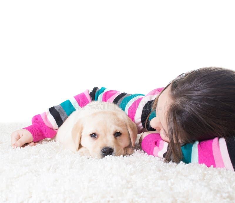 Niño que abraza el perrito de Labrador fotos de archivo
