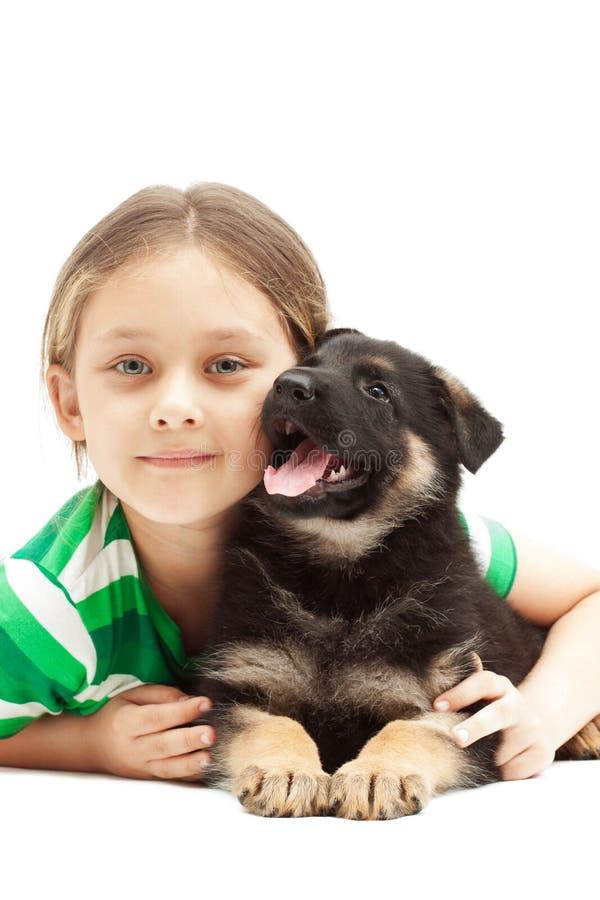 Niño que abraza un perrito imagenes de archivo